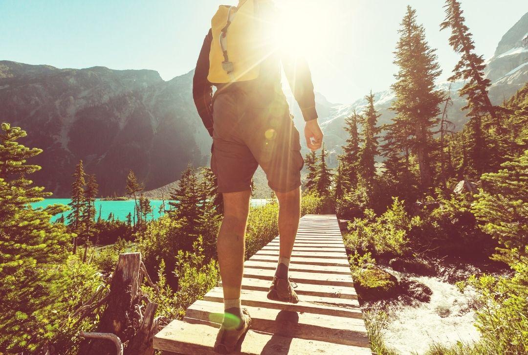 Mann beim Wandern im Wanderurlaub in den Alpen