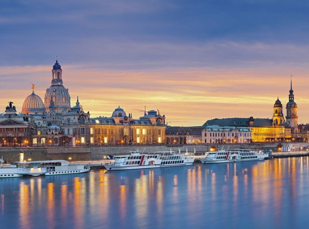 Panoramablick auf die Elbe mit der Dresdner Altstadt im Hintergrund