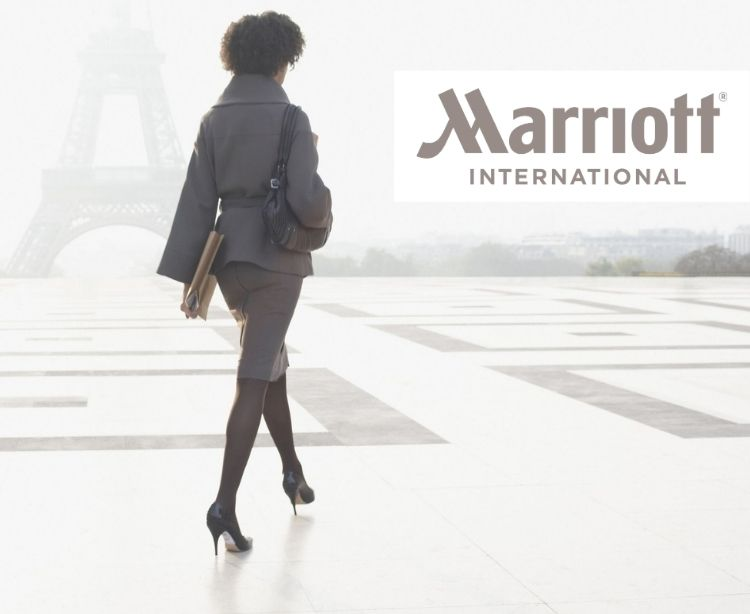 Marriott International - elegant gekleidete Businessfrau vor Eiffelturm in Paris