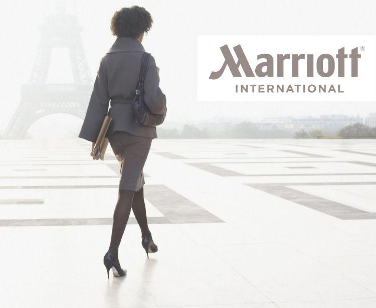 Marriott International - elegant gekleidete Businessfrau vor Eiffelturm in Paris