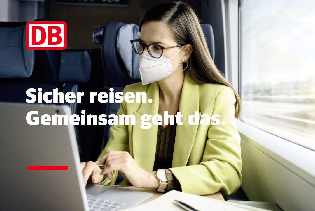 Deutsche Bahn: Sicher reisen. Gemeinsam geht das. Geschäftsfrau mit Maske und Laptop im Zug