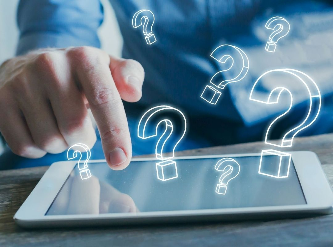 Fragen und Antworten Fragezeichen über Tablet