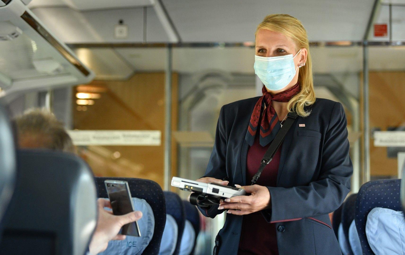 DB Zugbegleiterin mit Maske