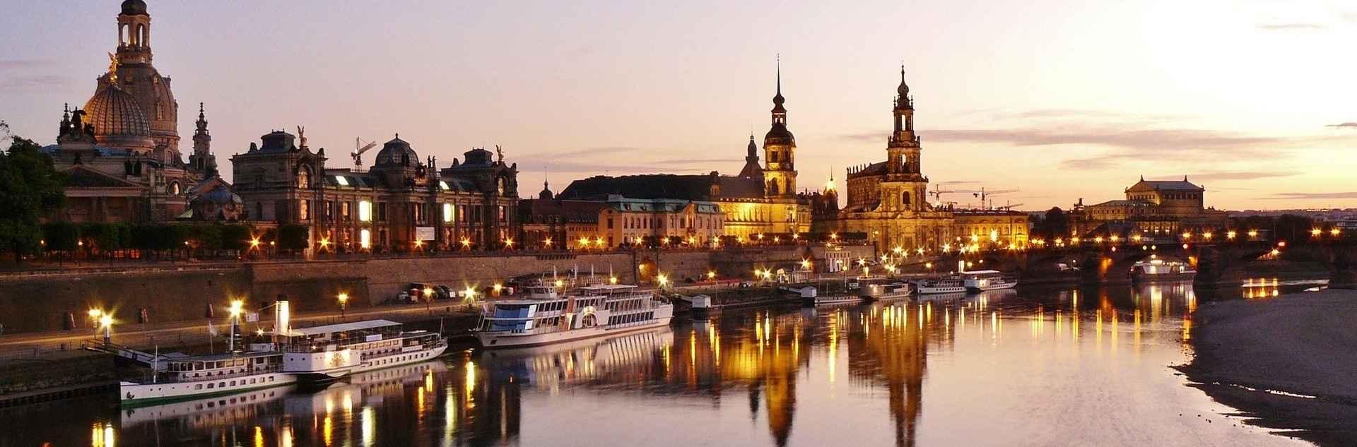 Beleuchtete Dresden Stadtansicht mit Elbe