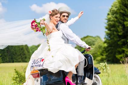 Brautpaar fährt auf Roller