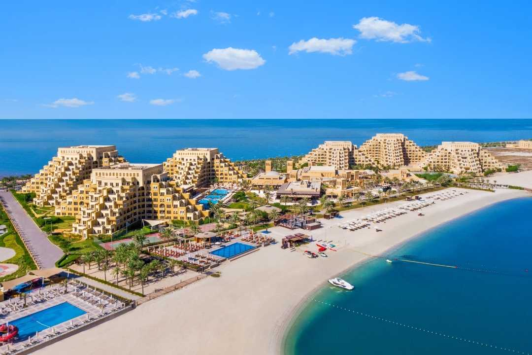 Rixos Bab Al Bahr: Pyramidenförmige Anlage direkt am Strand