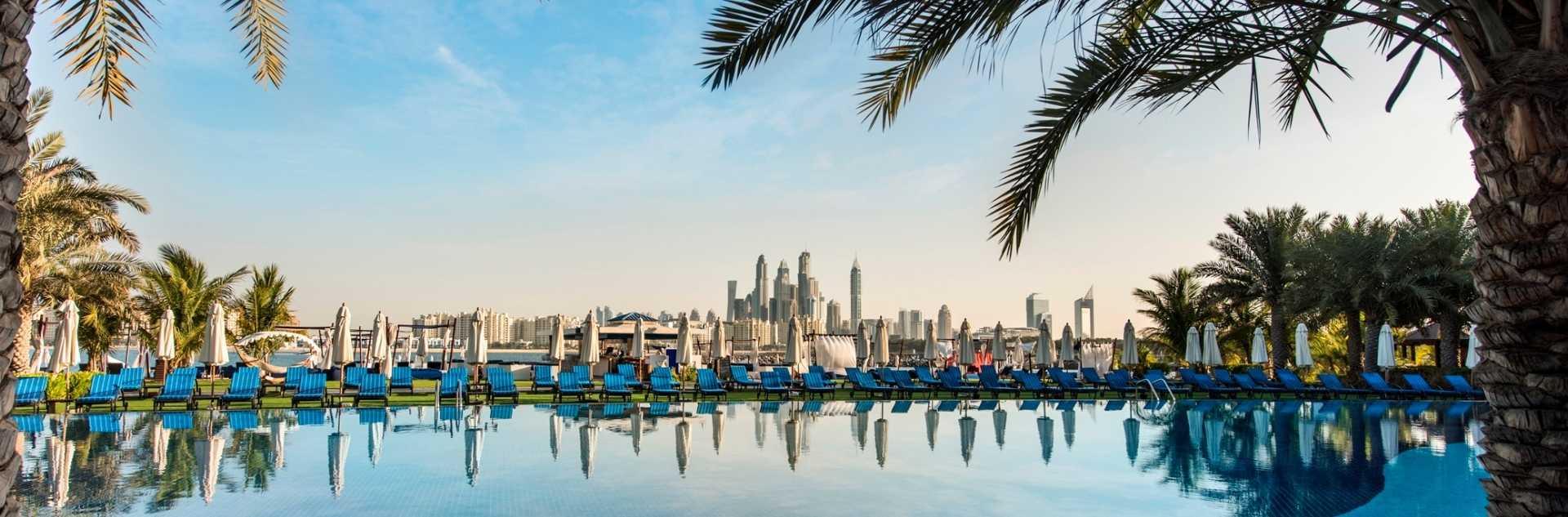 Rixos The Palm: Blick auf die Skyline von Dubai im Pool