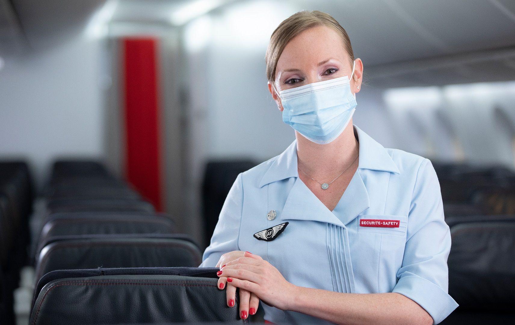 Flugbegleiterin mit Maske an Bord von Air France