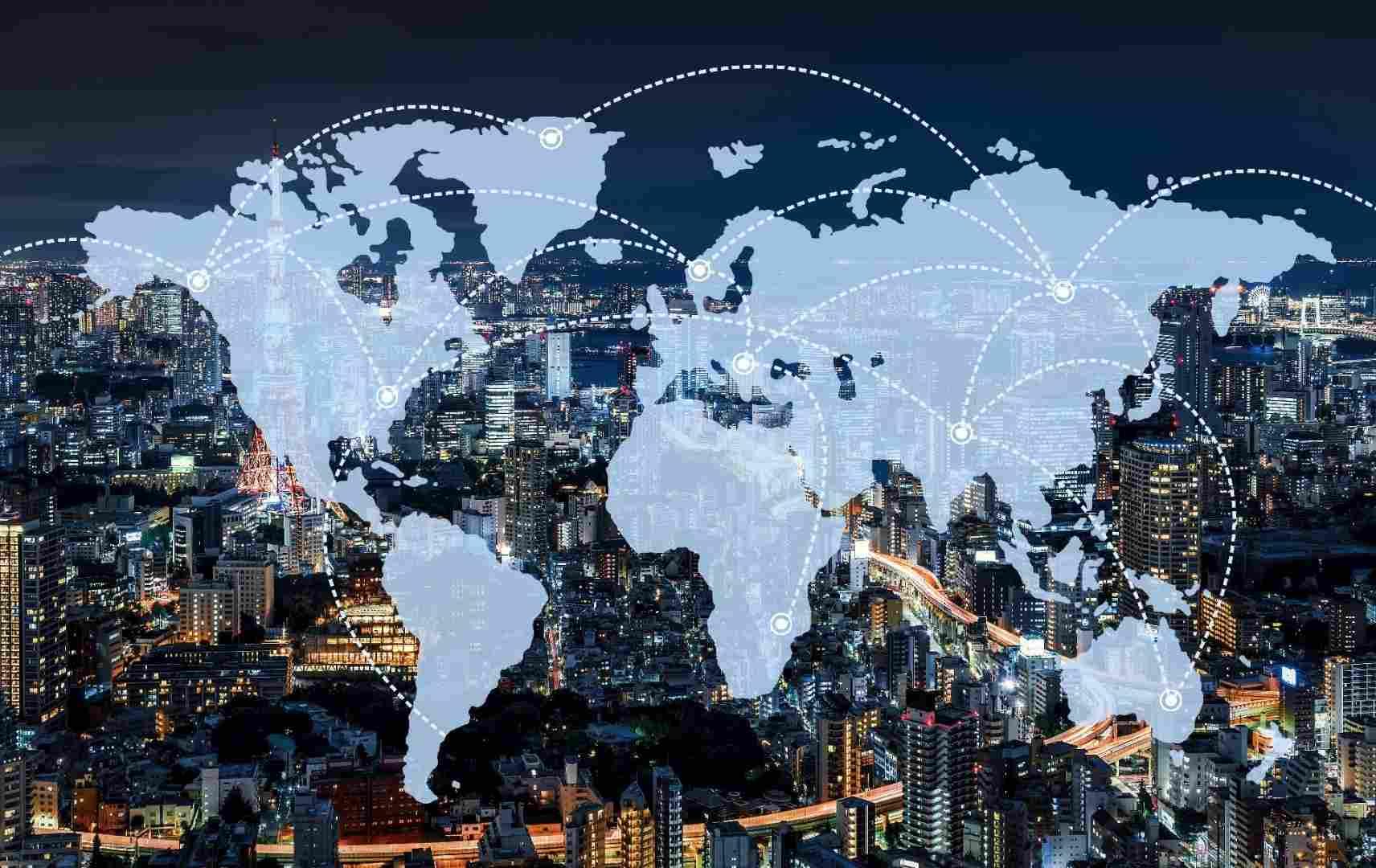 Weltkarte mit Netzwerkverbindungen im Vordergrund, Bild von Tokio bei Nacht im Hintergrund