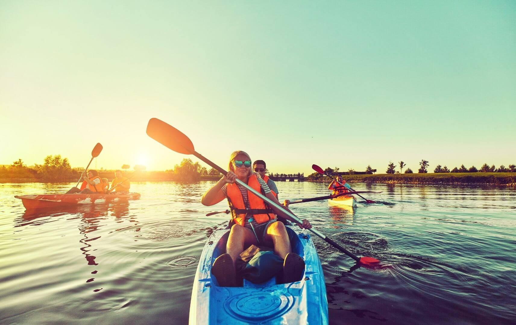 Jugendliche fahren Kanu auf der Mecklenburgischen Seenplatte