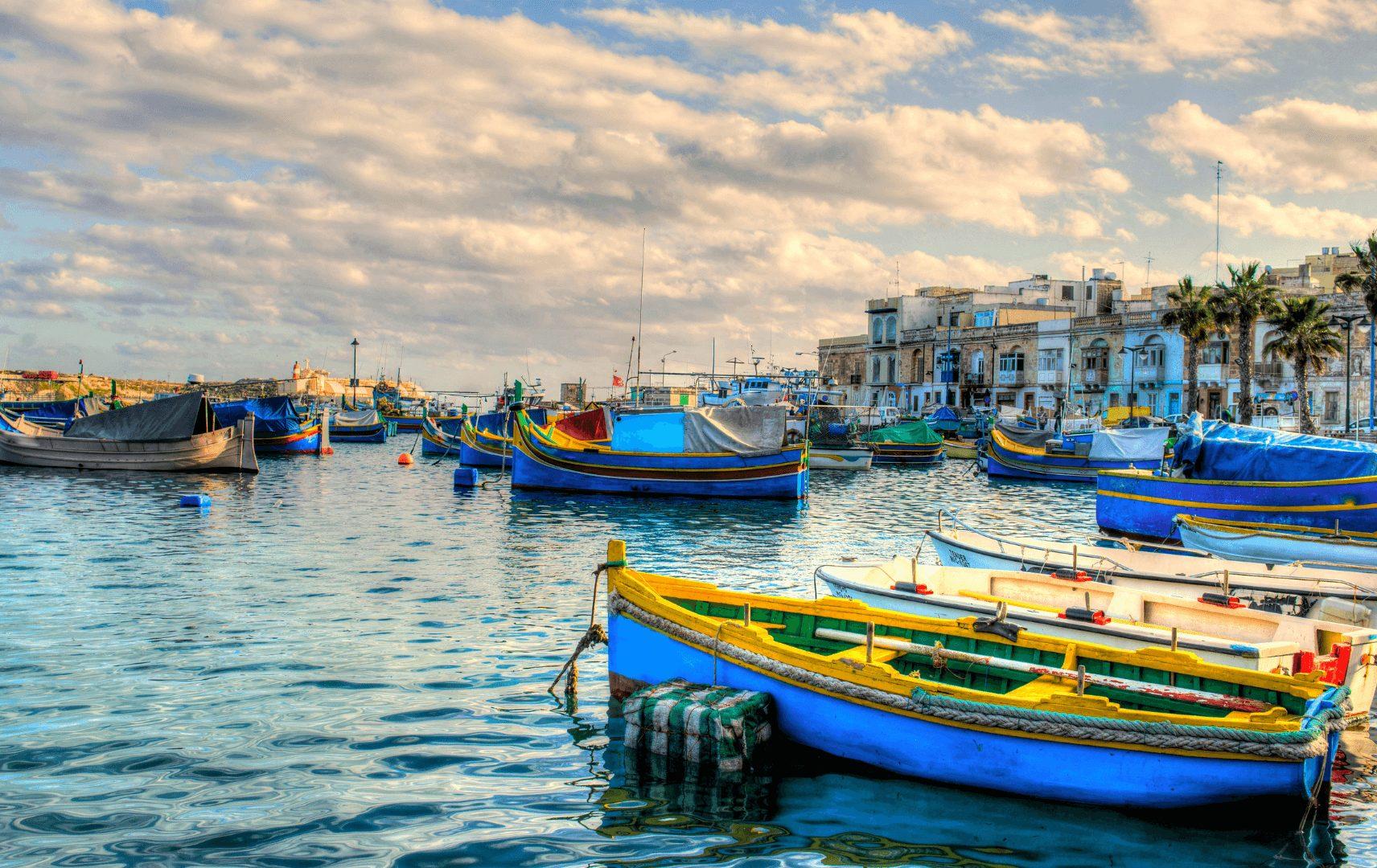 bunte Fischerboote im Hafen von Malta