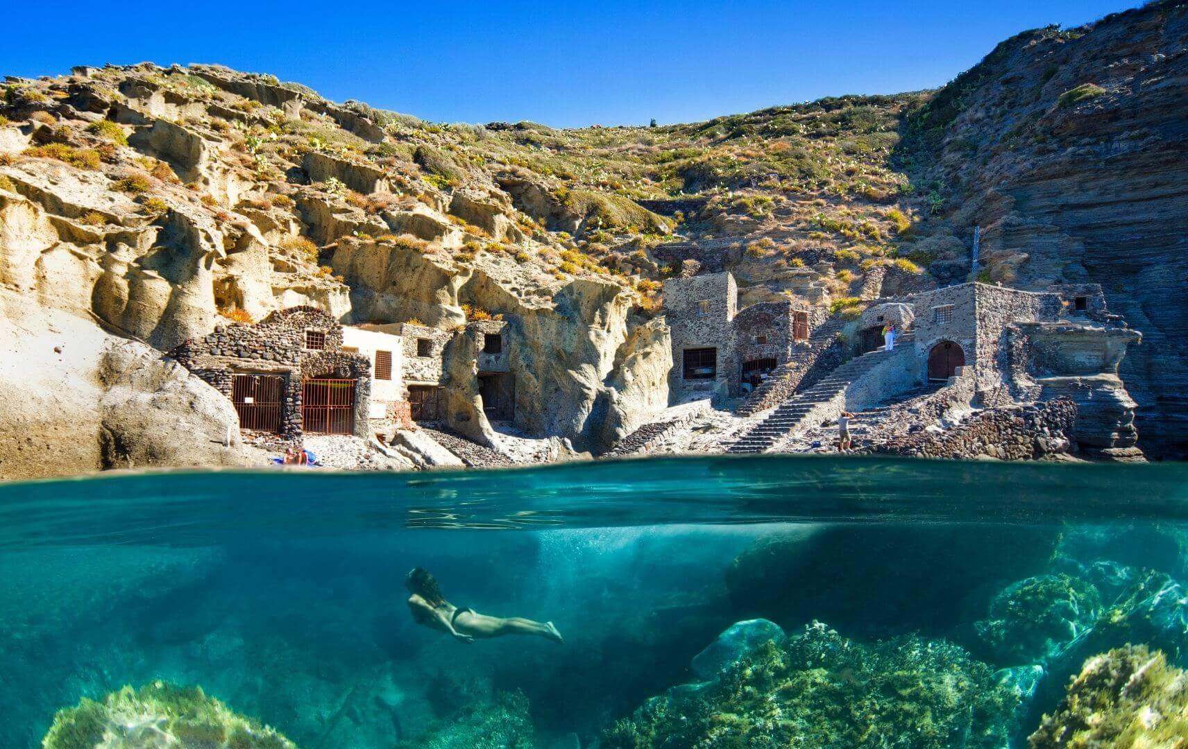 Frau taucht im Wasser, Sizilien