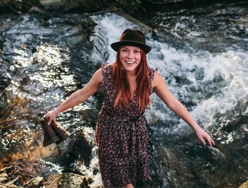 Frau steht im Fluss im Schwarzwald