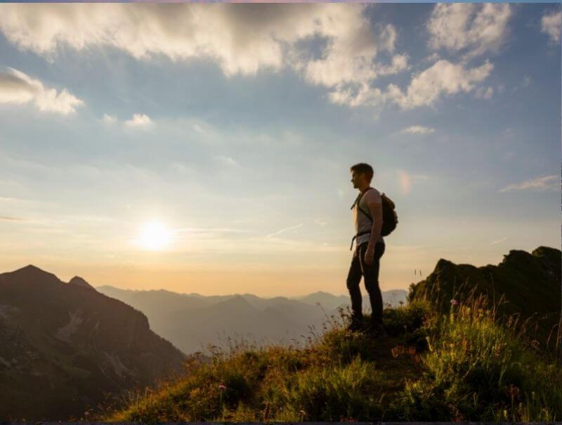 Mann beim Wandern in Bayern, Allgäu