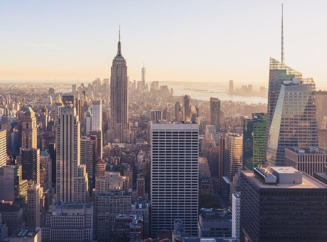 Blick auf Skyline von New York mit Empire State Building und One World Trade Center