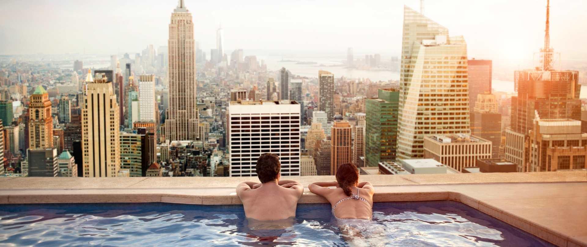 Paar in einem Rooftop-Pool in New York