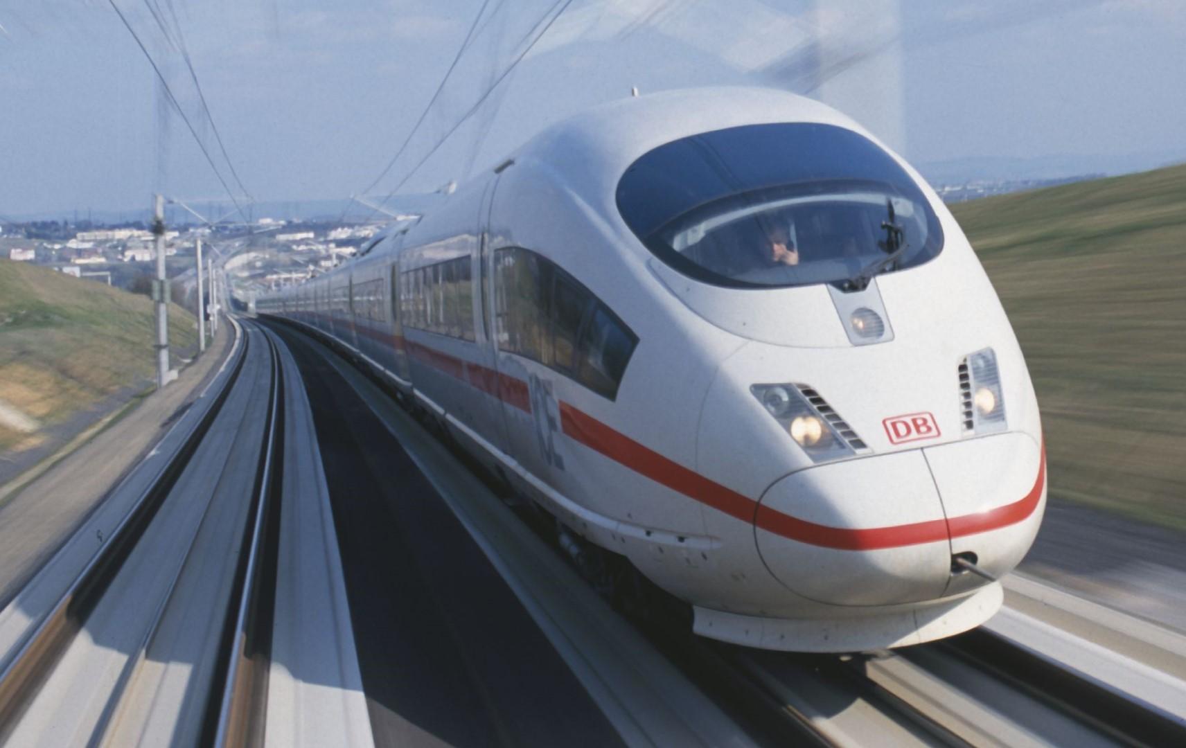 ICE der Deutschen Bahn unterwegs