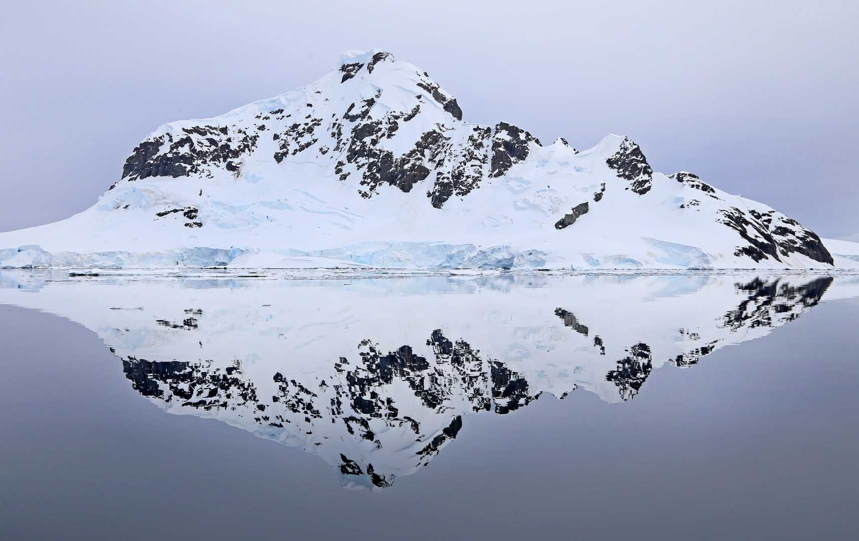 Paradise Harbor: Blick auf Berg und Bucht im Eis der Antarktis