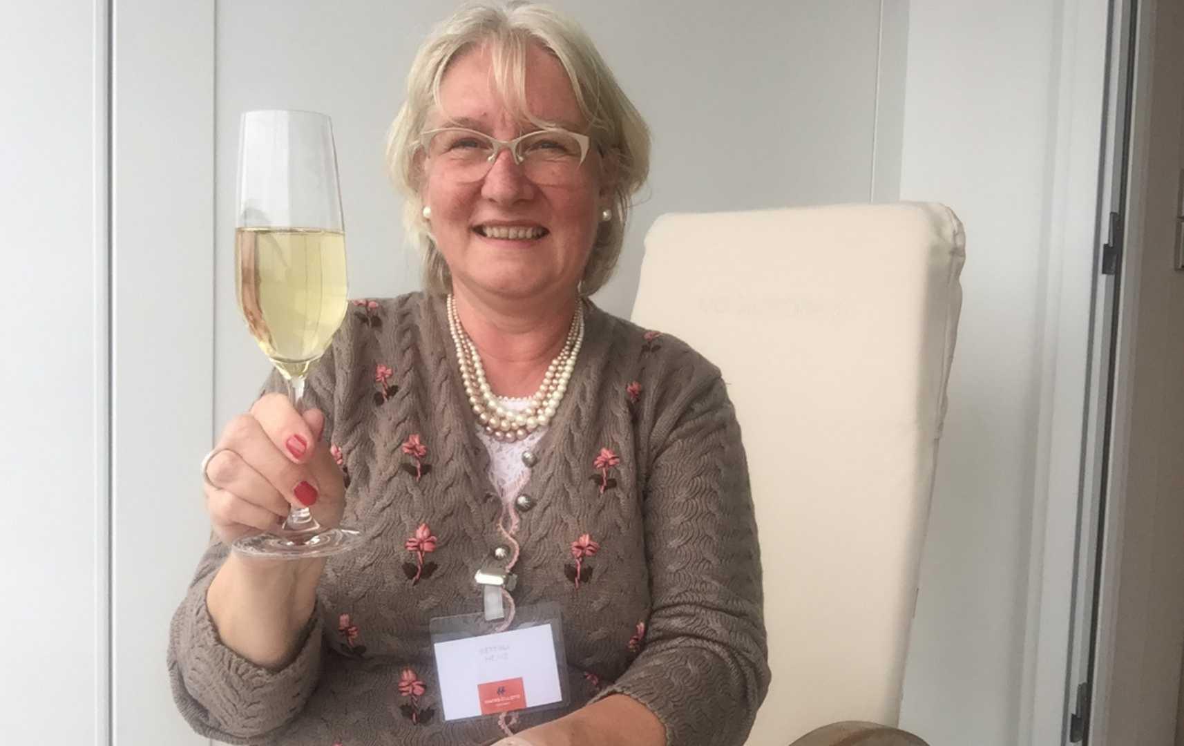 Bettina Heinz auf dem Balkon - MS Europa 2