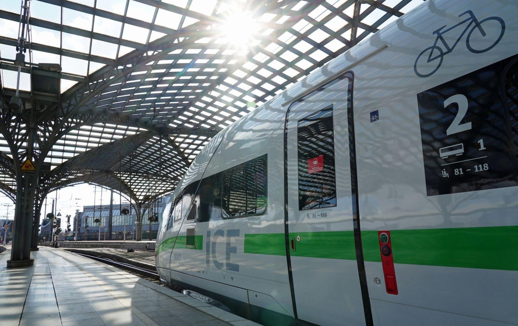 DB Triebwagen ICE im Bahnhof