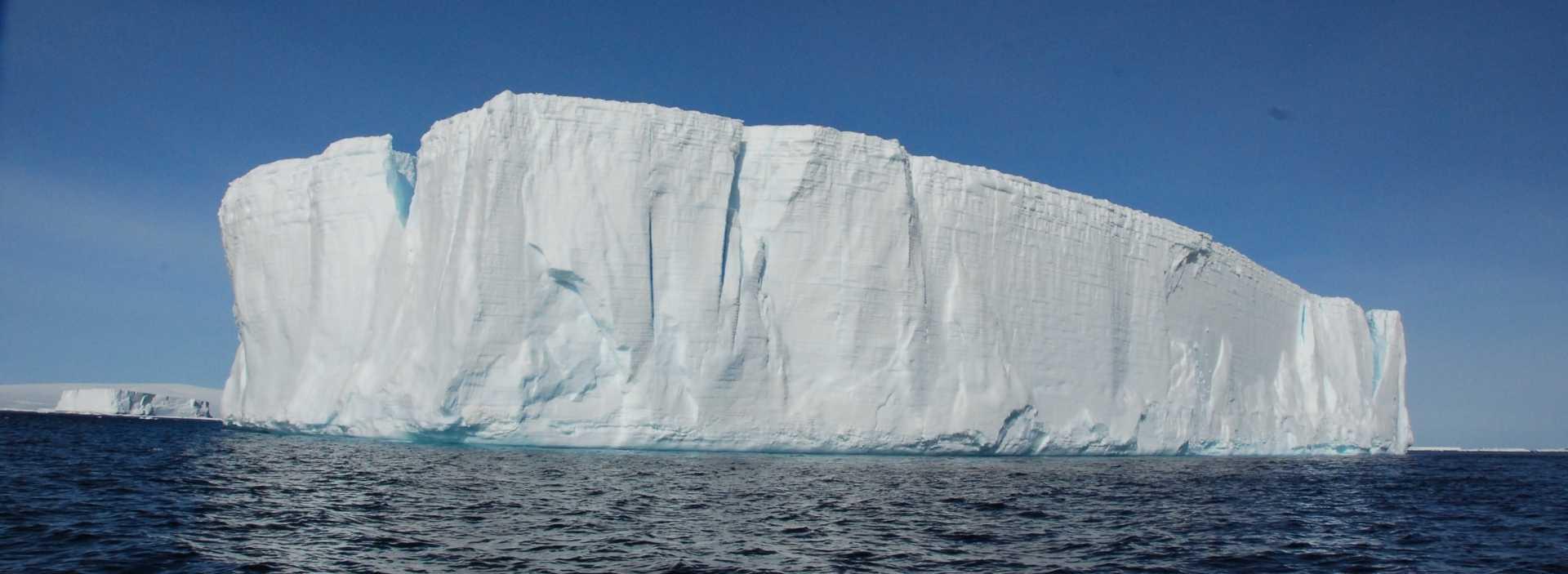 Großer Eisberg im Meer