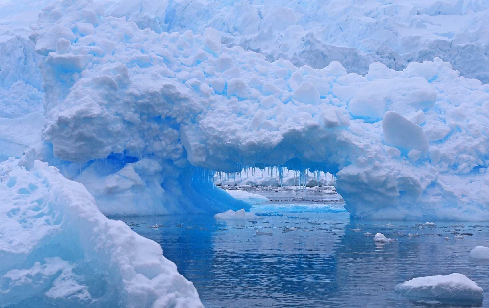Cierva Cove: Weite Bucht mit Eis in der Antarktis