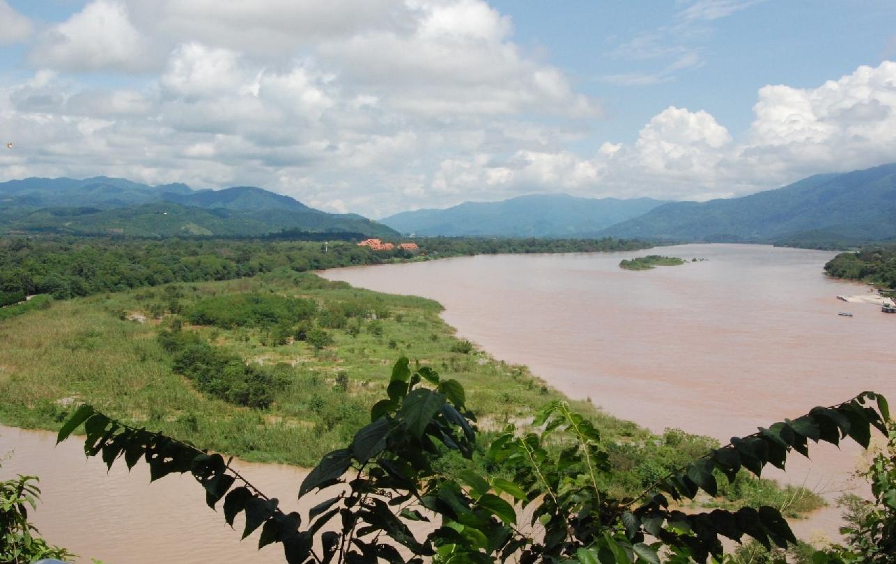 Blick auf den Mekong und grüne Berge