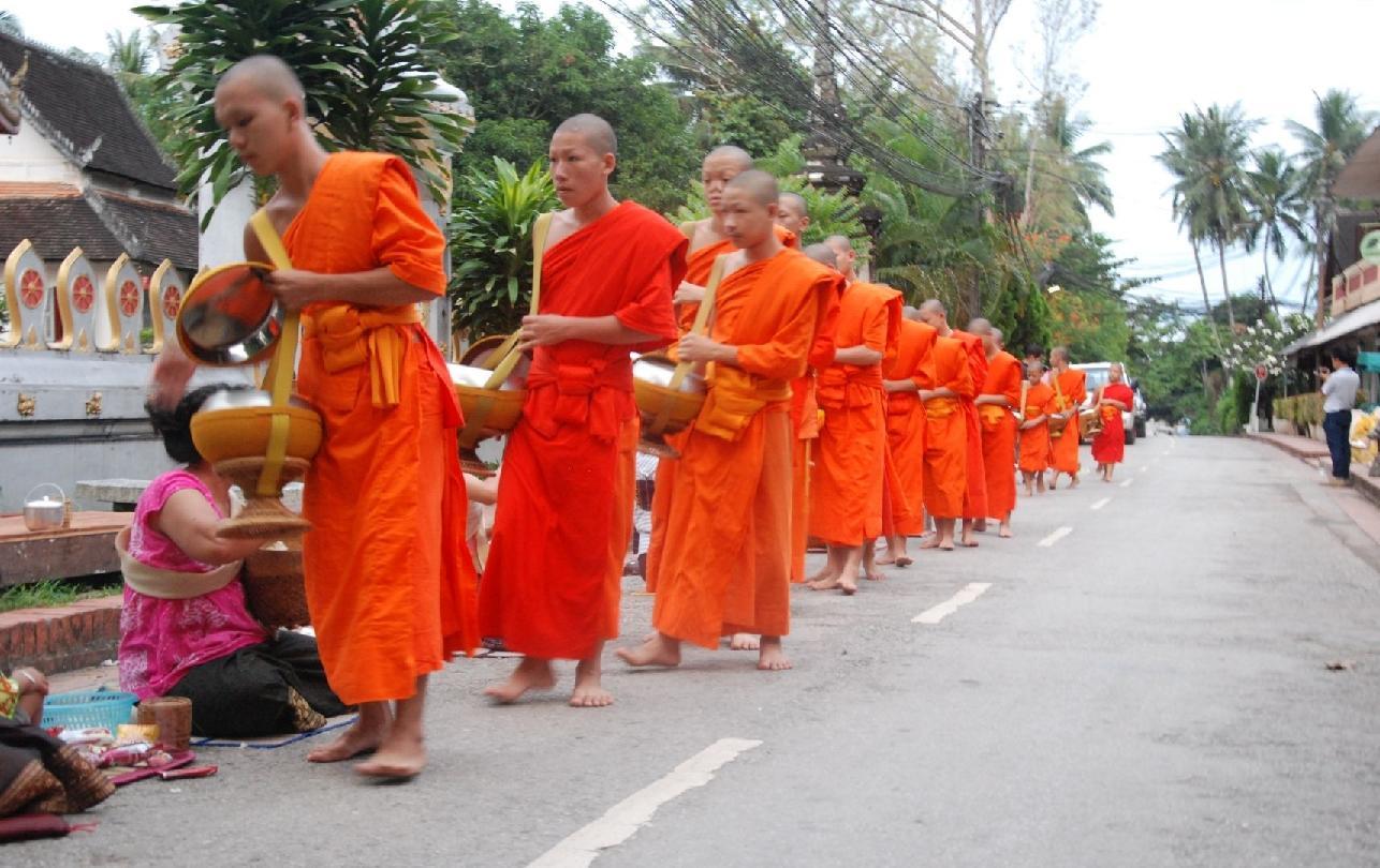 Mönche auf den Straßen von Laos