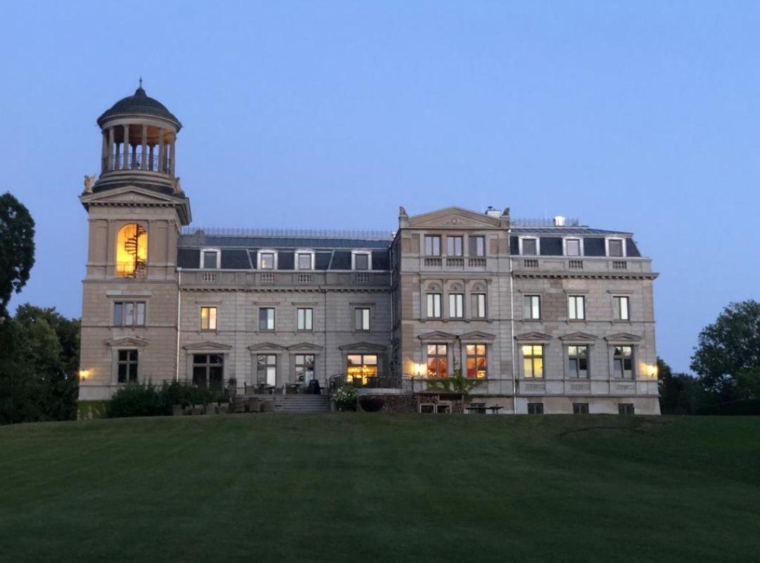 Blick auf Schloss Kaarz im Abendlicht