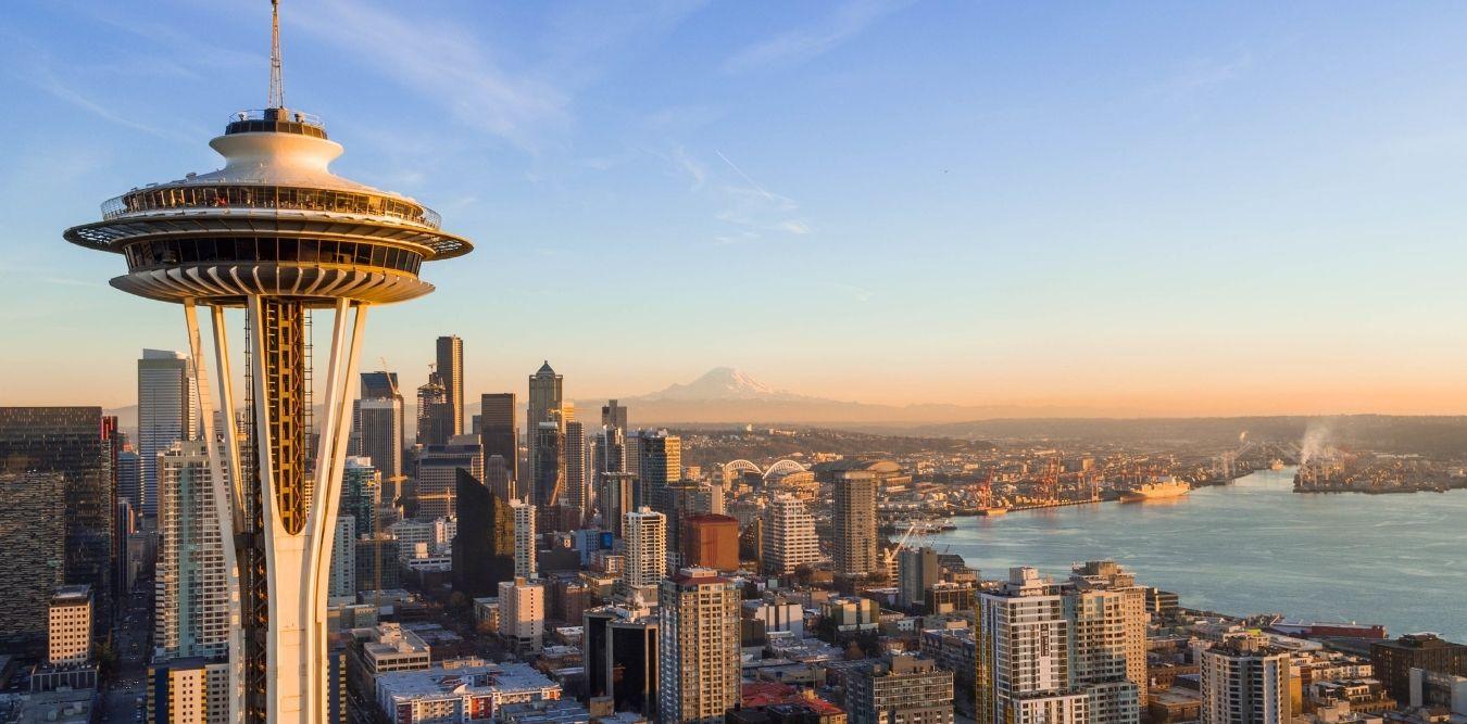 Blick auf Seattle Skyline mit Space Needle im Vordergrund und Hafen im Hintergrund