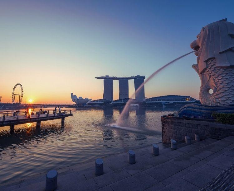 Marina Bay ingapur bei Sonnenuntergang mit Blick auf Wahrzeichen Merlion, Riesenrad und Marina Bay Sands Hotel