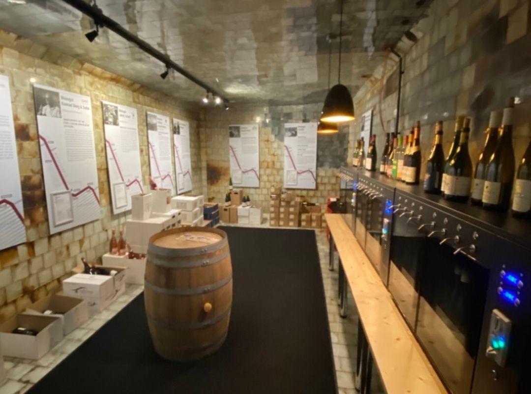 Weinkeller mit Infotafeln